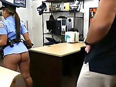 Sra. Policía con grandes tetas golpeadas por el tipo de peón