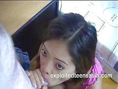 Любительское филиппинские брюнетка с приятными сиськи дает большие Глубокое горло BlowJob