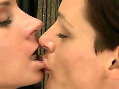 Kypsät ruskeahiuksin lesbo tyttö saa pillua nuolivat