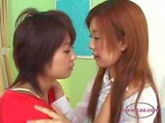 2 Asian Girls Kissing intohimoisesti imevät kieliinBed