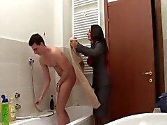 mamma in i badrummet - Italienska