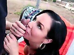 brunetta feroce mangia e si scopa un un'erezione nero