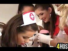 Les quatre infirmières rencontres aider un patient