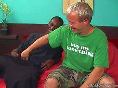 Una hombre blanco muy divertida y un semental negro colgada tener sexo