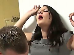 Brunette телка Sopie Гарсия запускается впрыскивание впервые