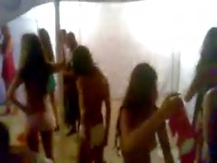 Modelos latinas vistiendose para el Bikini Open Salinas 2012 Ecuador