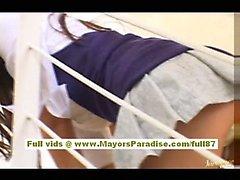Miyu Hoshino chinesische Mädchen in Schuluniform reibt sich ihre feuchte Muschi
