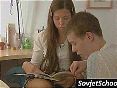 Seksi Rus kız öğrenci çalışma durdurur ve öptü ve fondled alır