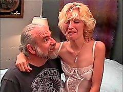 Slinky blonde milf krijgt een harde spanking van oude vent