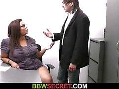 Chefe casado seduz a secretária de ébano gordura