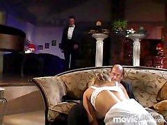 Blonde Braut wird selbst gefickt