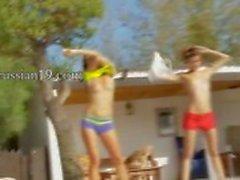 Шести голые девушки возле бассейна из Италии