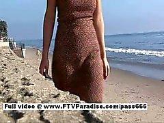 Liliana prachtige brunette meisje lopen op het strand dan aan een tafel