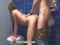 üzerinde tuvalet onu GAGGING