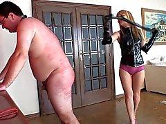 Blondine mistress peitscht ihren Sklaven