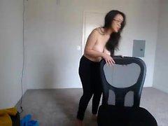 Maloucha avec un petit seins est en chaleur en scène en solo
