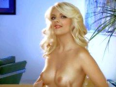 Nue glamour Blonde de Jana en Jordanie contact sa chatte