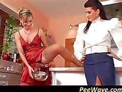 Два рогатых неряхи разделить кран на кухне и по очереди сосать