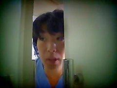 japanilainen sairaanhoitaja hoitaa potilaansa