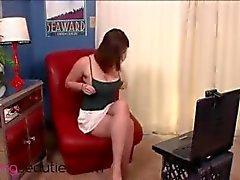 Karvainen Beryl osoittaa masturboida edessä webbikamera