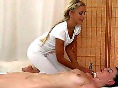 Rävaktig lesbisk brud får en olje hela kroppen massage