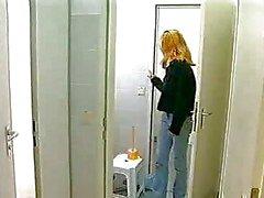 Monika va in una cabina Toilette pubblico masturbavo