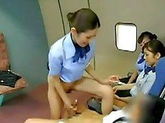 Asiatiska flygvärdinna näven kapten