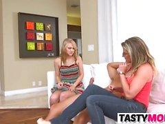 Mamá Cory Chase Bangs con Lily Rader y su BF