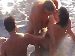 Cockold laat neuken zijn vrouw op het strand door een vreemdeling