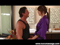 Tatouée Chayse Evans de Nuru massage baiser
