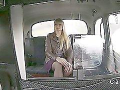Faketaxi büyük aletin üzerinde Tall blonde Geyik bir busty