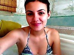 Victoria Justice in una vasca idromassaggio volta