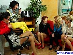 Piss dricker glamour babes i grupp jävla
