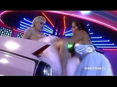 Hot lesbische Braut leckte auf der Motorhaube eines Autos