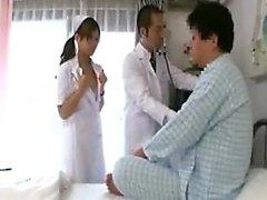 Alors que le médecin vérifie son patient, l'infirmière fait un se