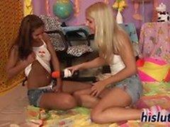 Brandy und Cipriana probieren lesbischen Sex aus