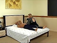 Mogen fet suger kuk och knullas i hotellets säng