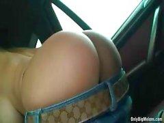 Busty blonde Carol Goldnerova les bandes frotter la chatte dans le véhicule