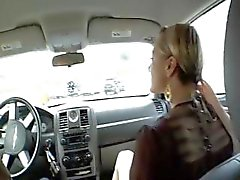 Blondi Belladonna antaa hänelle päänsäauton ja paukuttaa häntä kotona