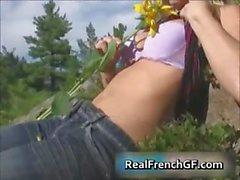 Cutie de GF francés nudista con un girasol