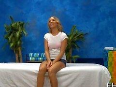 Gorgeous blonde schätzchen braucht eine Massage