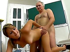 Honey gör gamla lärare kuk till dess hon blir Sperma sprut