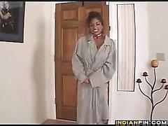 Cameriera indiano con grandi tette ottiene nudo