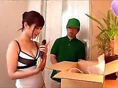 Asian girl verleiht dem Bote ein zusätzliches besondere Handhabung