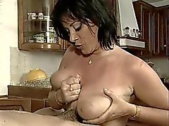 Elodie Cherie baisee dans la cuisine