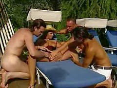 Laura Lion baise en gang bang par video2x