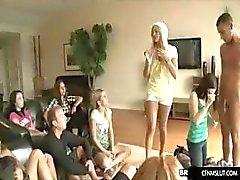 les filles apprennent en Blowjob parti
