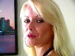 Blondin poserar i strumpbyxor