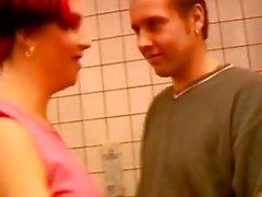 Kızıl saçlı kıztuvalet odasında sert dövülerek