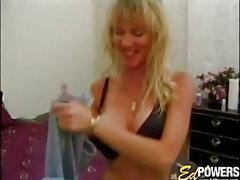 Amatör bimbo med stora tuttar leker med hennes snatch solo